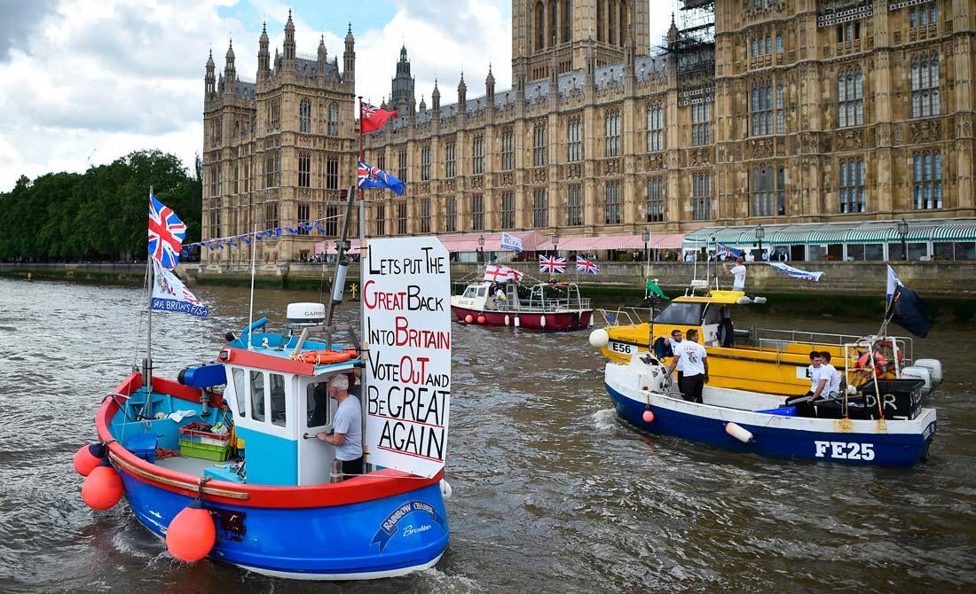 Junio de 2016. Un barco en el Támesis con mensajes pro salida.
