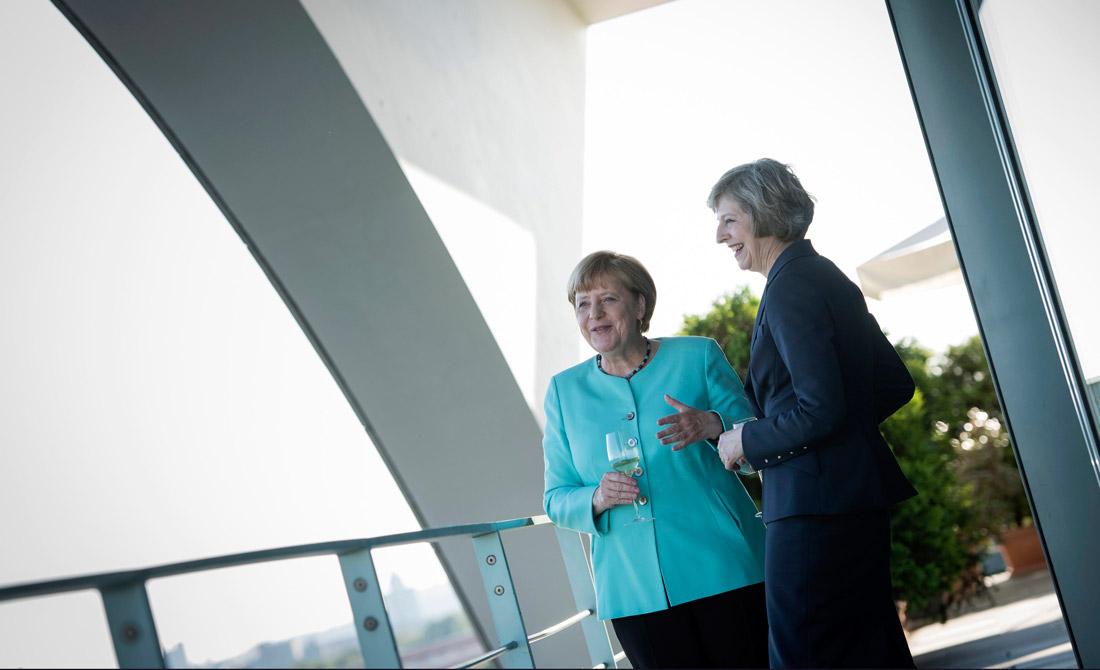 Julio de 2016. Merkel conversa con Theresa May.
