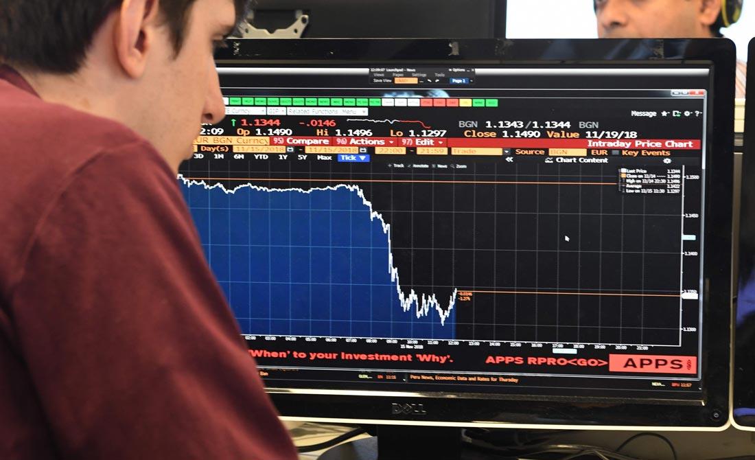 Noviembre de 2018. Pantalla con la caída del valor de la libra esterlina.