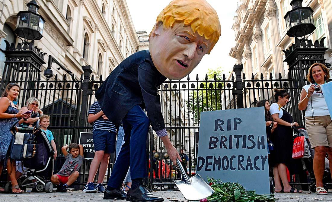 Agosto de 2019. El nuevo primer ministro, Boris Johnson, llama a la Reina para pedirle suspender el Parlamento.