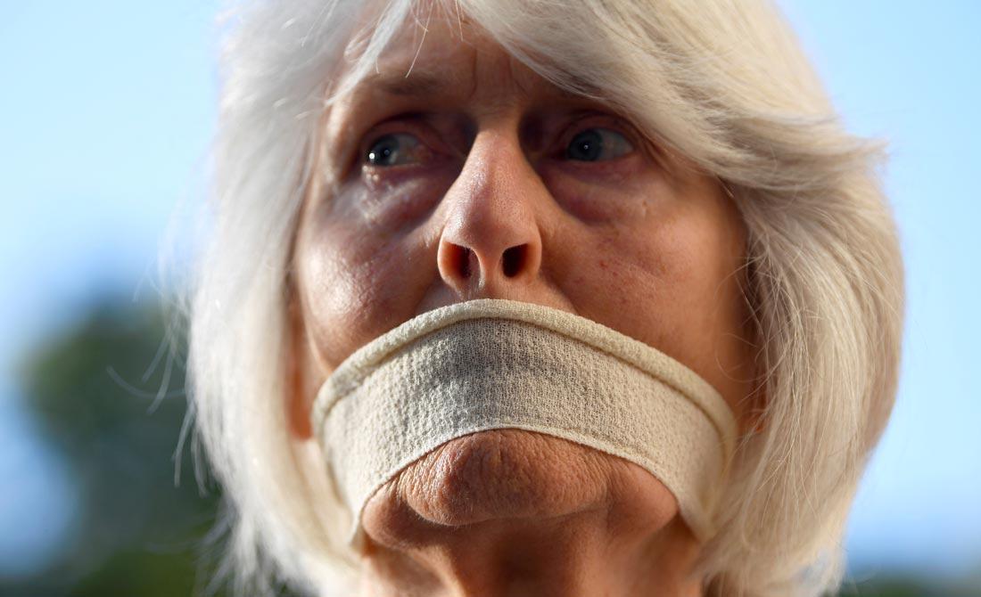 Septiembre de 2019. Una mujer se tapa la boca como signo de protesta por la suspensión del Parlamento.