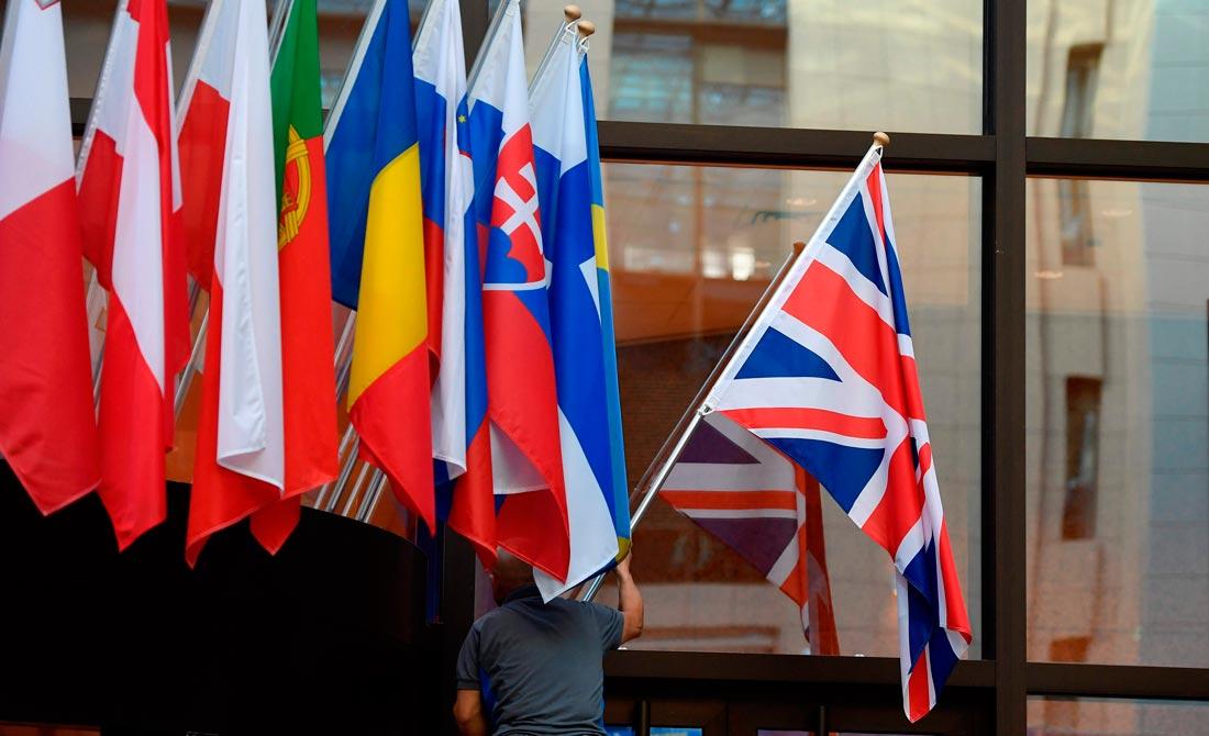 Octubre de 2019. Un hombre iza la Union Jack en el edificio principal del Consejo europeo en Bruselas.
