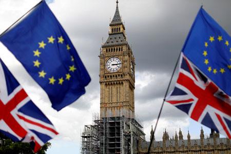 Banderas británicas y europeas cerca del célebre Big Ben.