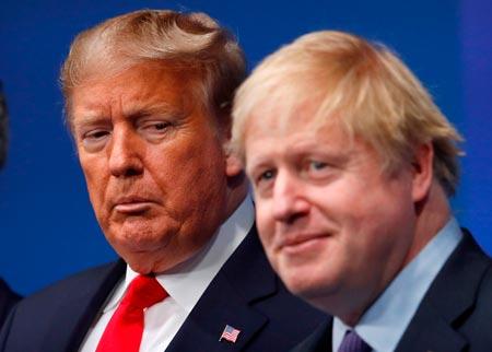 Johnson junto a Donald Trump.