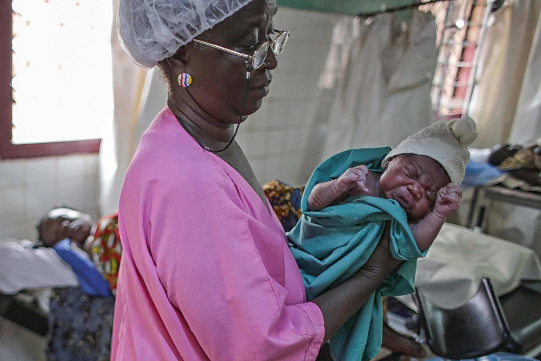 Matrona, con bebé en brazos
