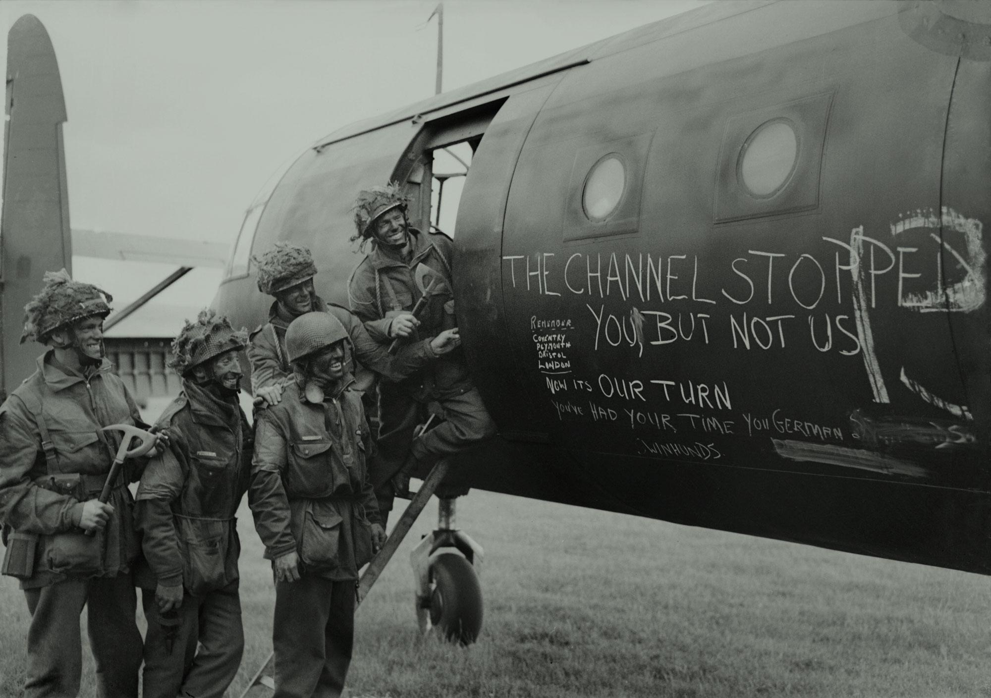 Paracaidistas británicos leen eslóganes pintados a tiza