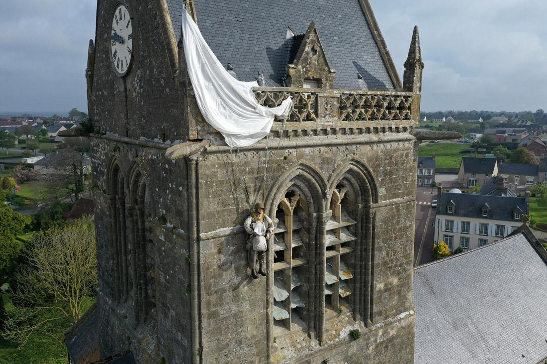 Maniquí colgado de la torre de Sainte Mere Eglise