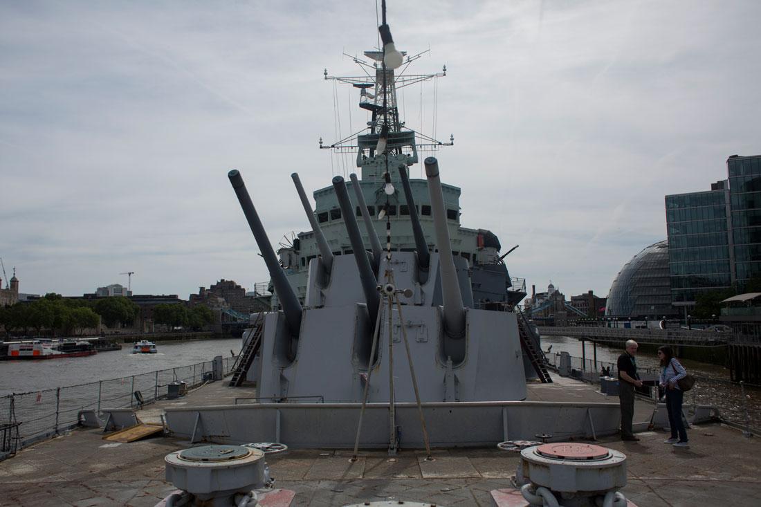 Cubierta y cañones del H. M. S. Belfast