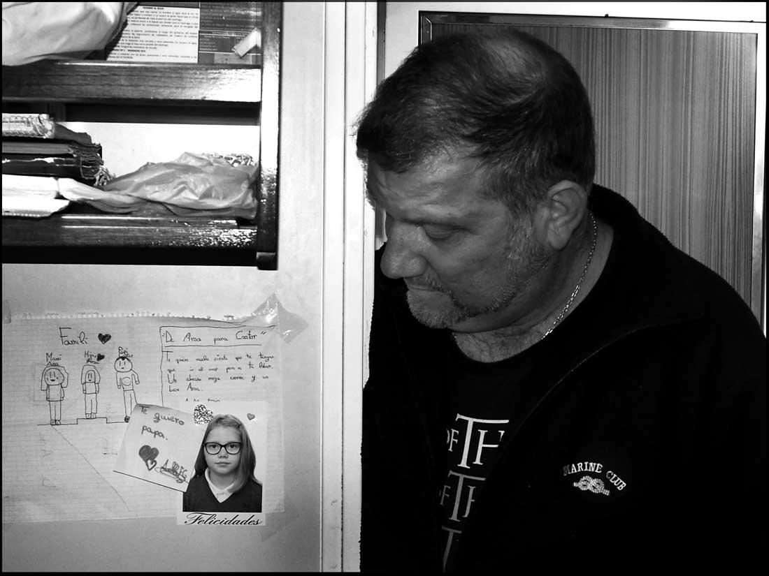 El patrón de costa, Castor Fernández Soage, observa la foto de su hija Aroa en su camarote