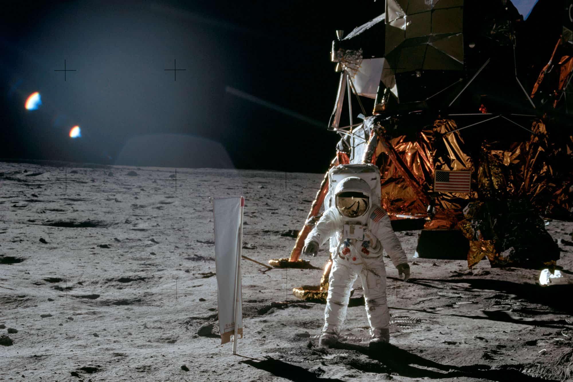 Buzz Aldrin fotografiado junto al módulo lunar