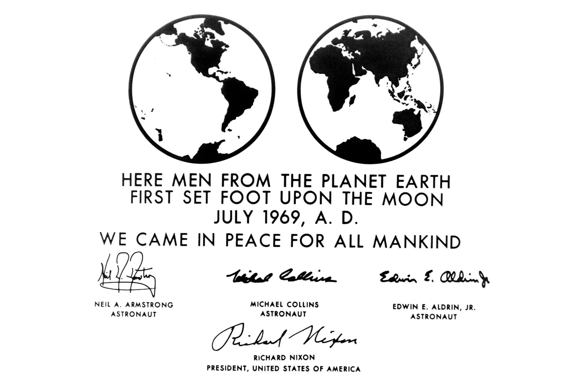 Réplica de la placa que dejaron los astronautas del Apolo 11 en la Luna.
