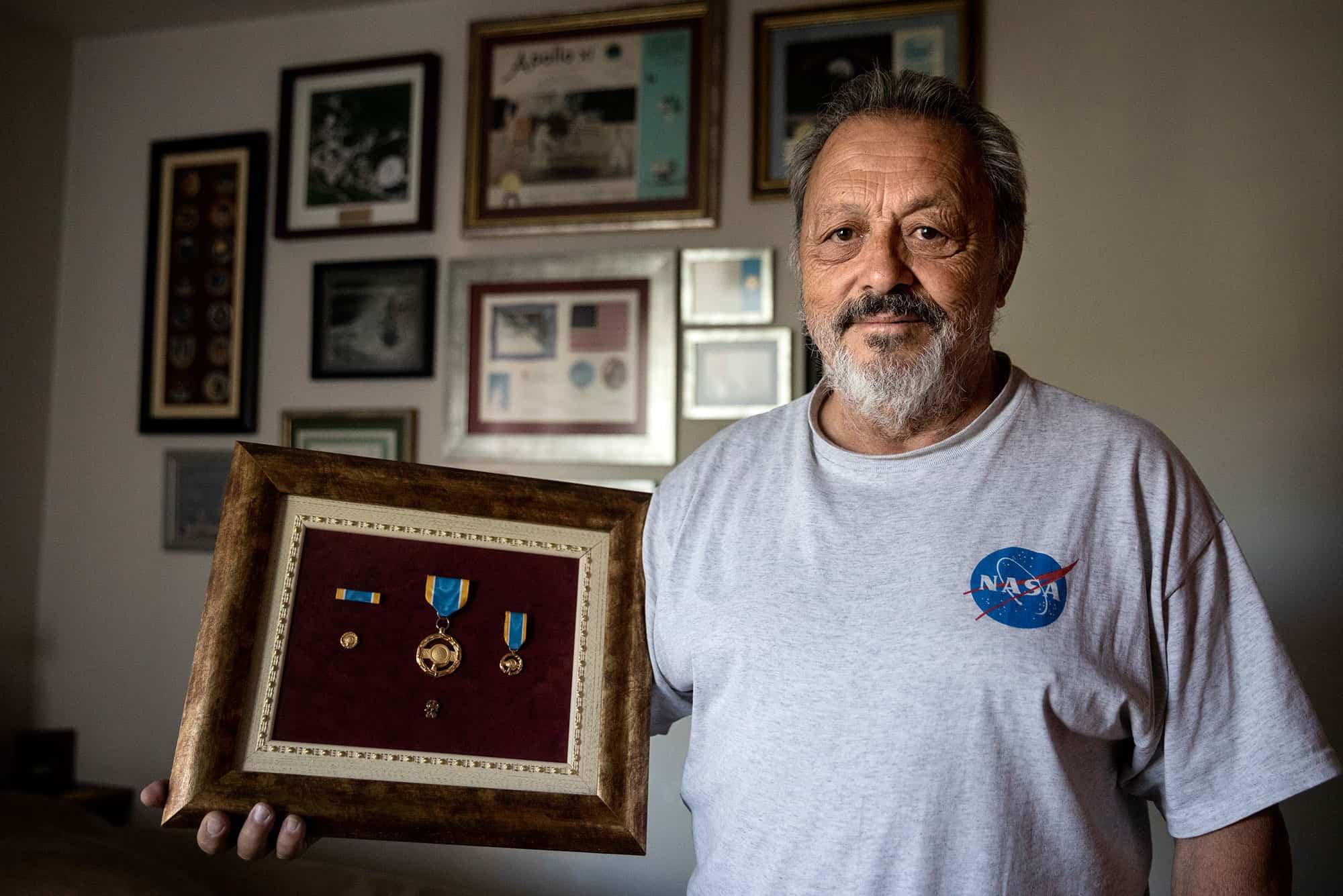 Carlos Gonzalez Pintado, técnico del sistema de transmisión en julio de 1969