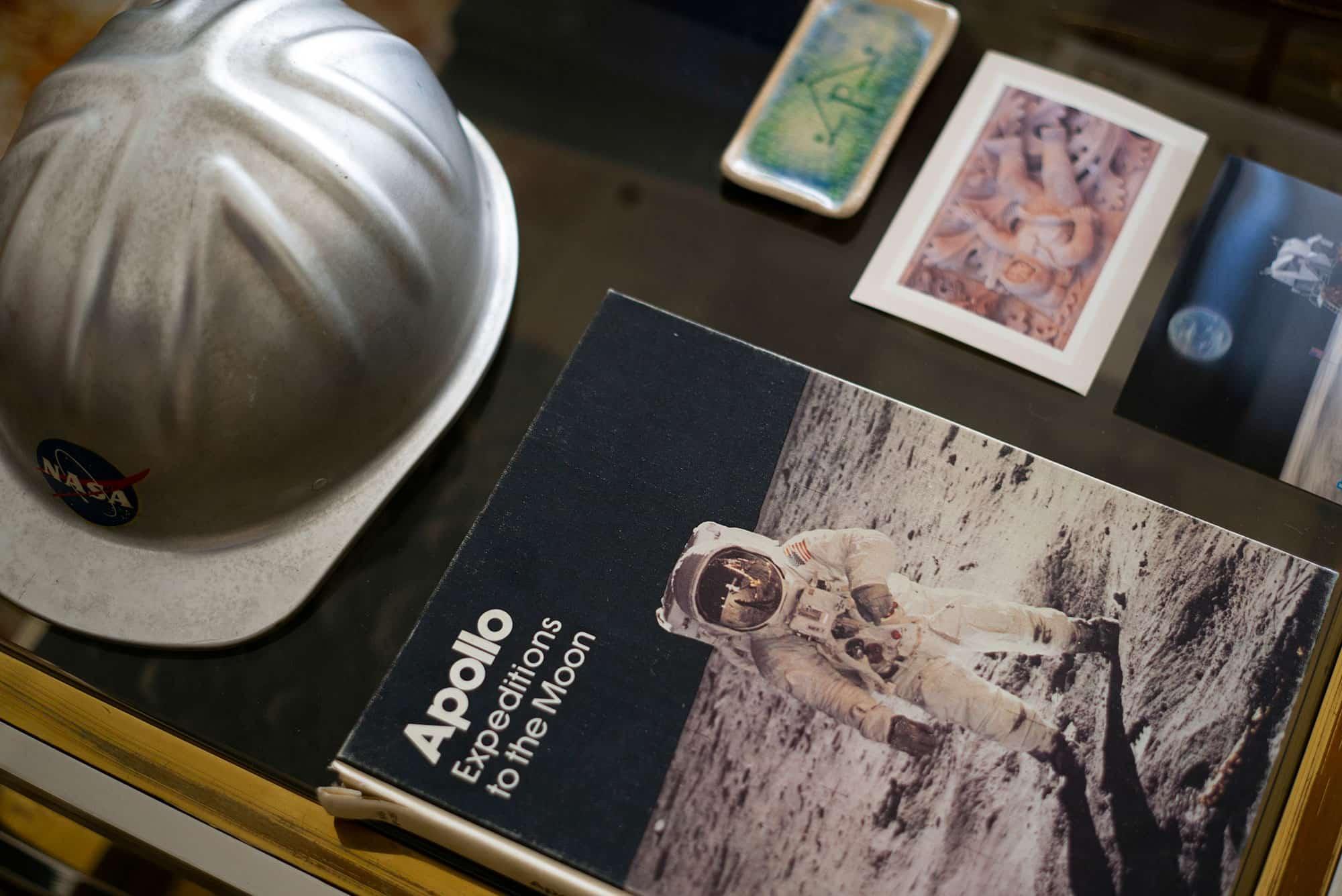 El casco de la NASA y un libro sobre las misiones Apolo de Ruiz de Gopegui