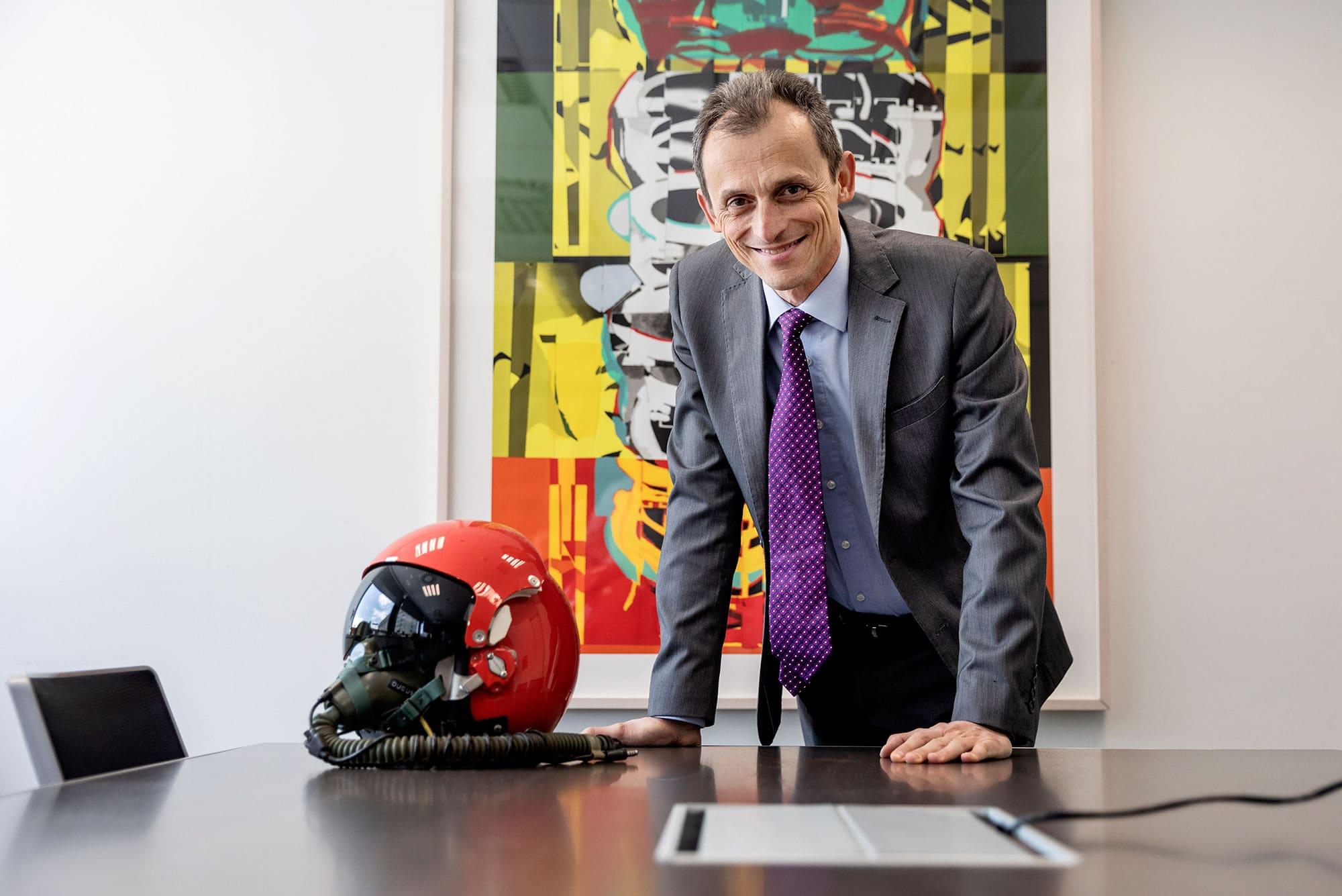 Pedro Duque, posa en su despacho junto a uno de sus cascos de entrenamiento.