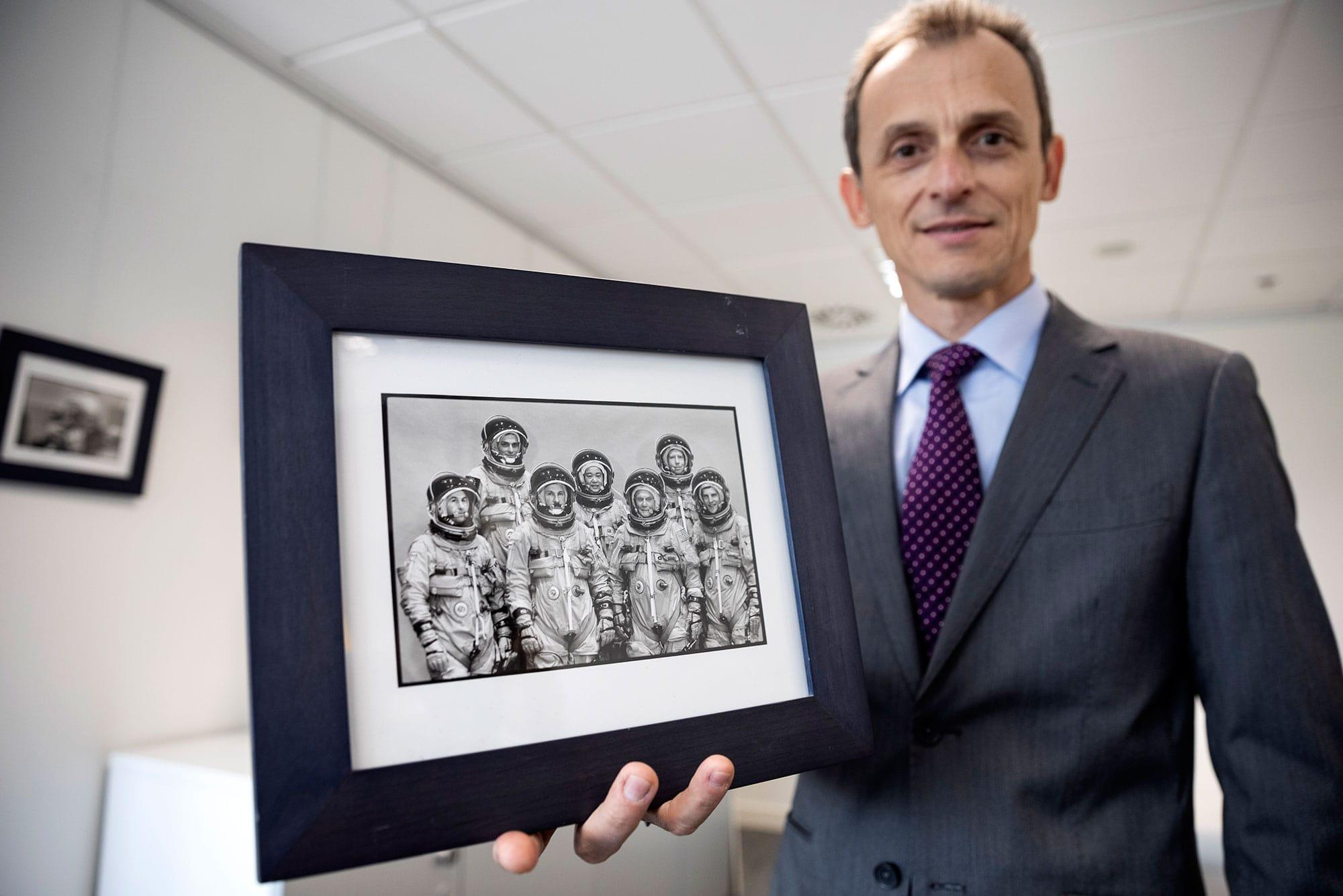 Pedro Duque con una foto de las fotos de su misión de 1998